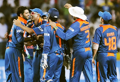 India's Yuvraj Singh celebrates with teammates after the dismissal of Sri Lankan batsman Angelo Mathews during their Tri-Nation Championship Trophy final ODI match in Colombo on Monday. (AFP Photo)