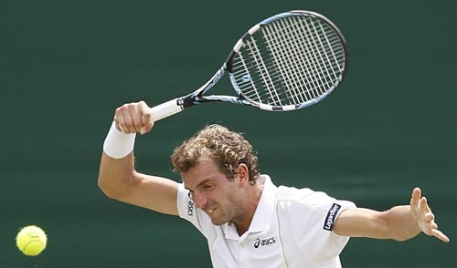 France's Julien Benneteau returns to Germany's Nicolas Kiefer in the men's singles first round at the Wimbledon on Tuesday.