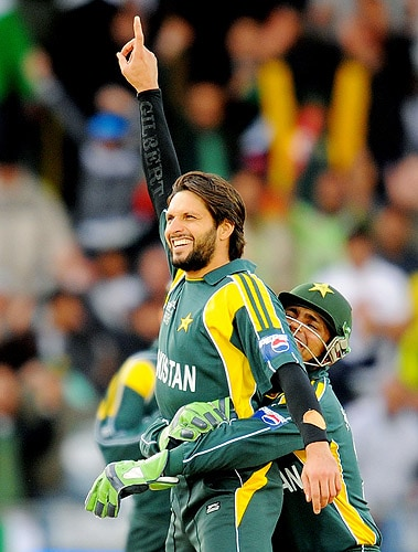 Pakistan's Shahid Afridi is congratulated after bowling out South Africa's AB de Villiers during the semi-final of the ICC World Twenty20 match at Trent Bridge in Nottingham. (AFP Photo)