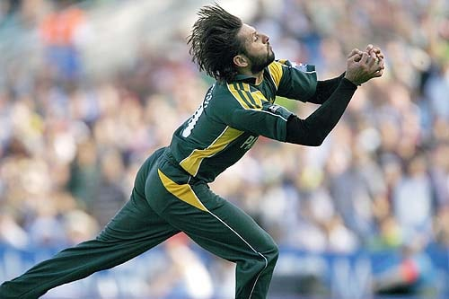 Pakistan's Shahid Afridi catches out New Zealand's Scott Styris during the Super 8 stage of the ICC World Twenty20 at the Oval in London. (AFP Photo)