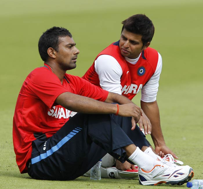 India's Praveen Kumar (L) talks with team-mate Suresh Raina during a training session on the eve of the fourth Test match. (AFP Photo)