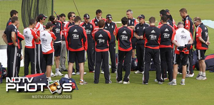 The England squad gather round as Coach Andy Flower addresses them. (AFP Photo)