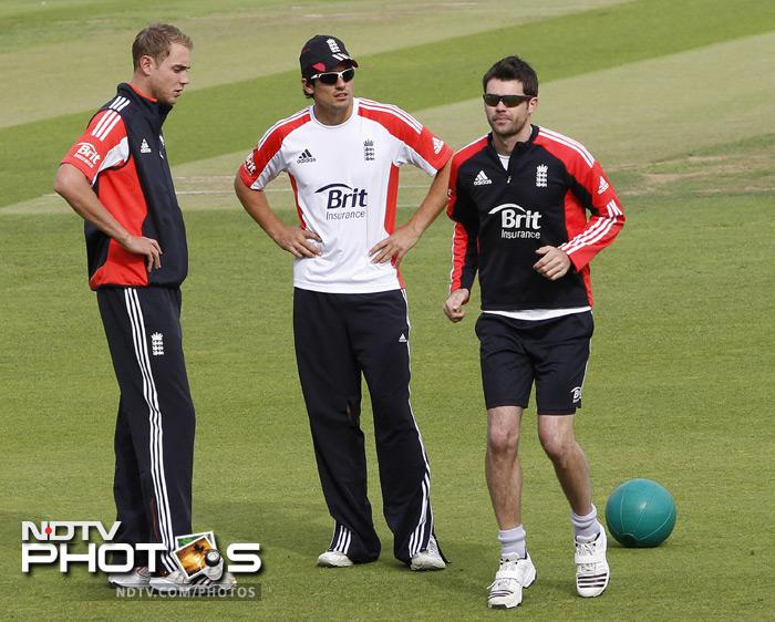 England's Stuart Broad, (L) Alastair Cook (C) and James Anderson (R) take part in a team training sesion. (AFP Photo)
