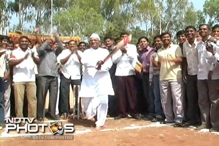 Anna Hazare plays cricket during the event.