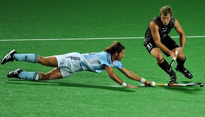 Argentinian hockey player Tomas Argento (L) vies for the ball with New Zealand hockey player Steve Edwards (R) during their World Cup 2010 match at the Major Dhyan Chand Stadium in New Delhi. (AFP Photo)