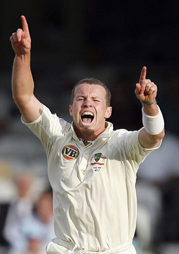 Australian bowler Peter Siddle celebrates the wicket of England's Graeme Swann for 18 on the first day of the fifth and final Ashes Test at the Brit Oval in London on August 20, 2009. The series is currently level at 1-1, and England must beat Australia in this Test in order to win the Ashes. (AFP Photo)
