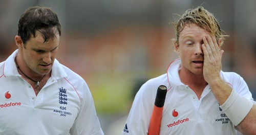 England captain Andrew Strauss (L) and Ian Bell (R) walk off for lunch on the first day of the fifth and final Ashes Test match between England and Australia at the Brit Oval in London on Thursday. (AFP Photo)