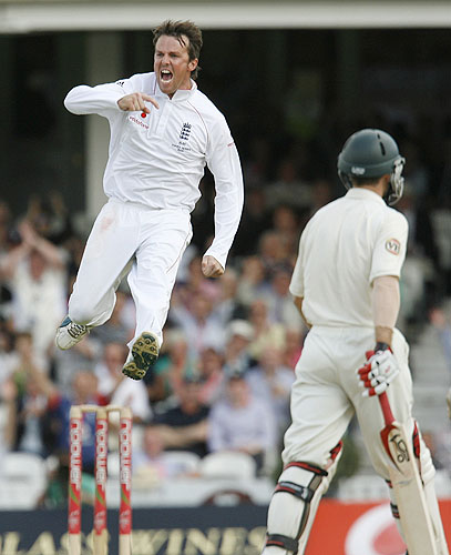 England's Graeme Swann celebrates taking the wicket of Australia's Simon Katich for 50 runs on the second day of the fifth and final Ashes Test at the Brit Oval in London, on August 21, 2009. The series is currently level at 1-1, and England must beat Australia in this test in order to win the Ashes. (AFP Photo)