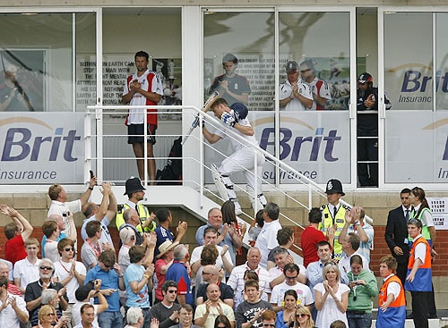 England's Andrew Flintoff returns to the dressing room and acknowledges the crowd after he is caught out by Australia's Peter Siddle on his last Test innings during the third day of the final Ashes Test match against Australia at the Brit Oval in London, on Saturday. (AFP Photo)