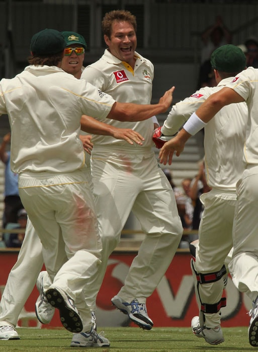 Australian fast bowler Ryan Harris celebrates with teammates after taking six wickets for the innings on the fourth day the third Ashes cricket Test match against England at the WACA ground in Perth. Australia won the Test by 267 runs. (AFP Photo)