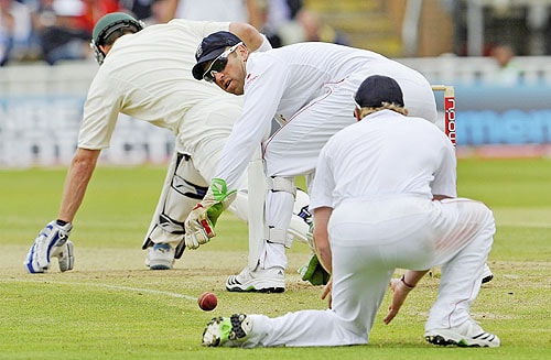 Matt Prior watches Paul Collingwood field a deflection from Marcus North on the final day of the third Ashes Test between England and Australia at Edgbaston in Birmingham. (AFP Photo)