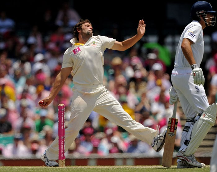 Australia's Ben Hilfenhaus runs in to bowl on day three of the fifth Ashes Test against England at the Sydney Cricket Ground. (AFP Photo)