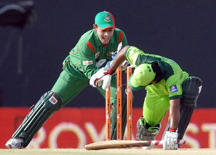 Mushfiqur Rahim stumps Asad Shafiq (R) during the fifth ODI of the Asia Cup between Pakistan and Bangladesh at the Rangiri Dambulla International Cricket stadium in Dambulla. (AFP Photo)