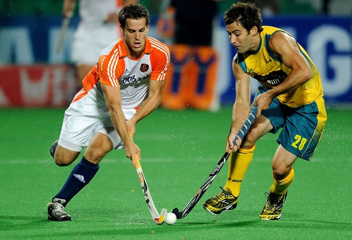 Australian hockey player Kiel Brown (R) vies for the ball with Netherlands hockey player Jeroen Hertzberger (L) during their World Cup 2010 semifinal match at the Major Dhyan Chand Stadium in New Delhi. (AFP Photo)