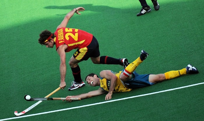 Australian hockey captain Jamie Dwyer vies for the ball with Spanish hockey player Pau Quemada during their World Cup 2010 match at the Major Dhyan Chand Stadium in New Delhi. (AFP Photo)