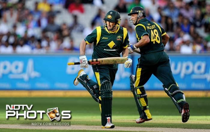 David Hussey (L) and Michael Hussey (R) take more runs from the Indian bowling. David completed his half-century.