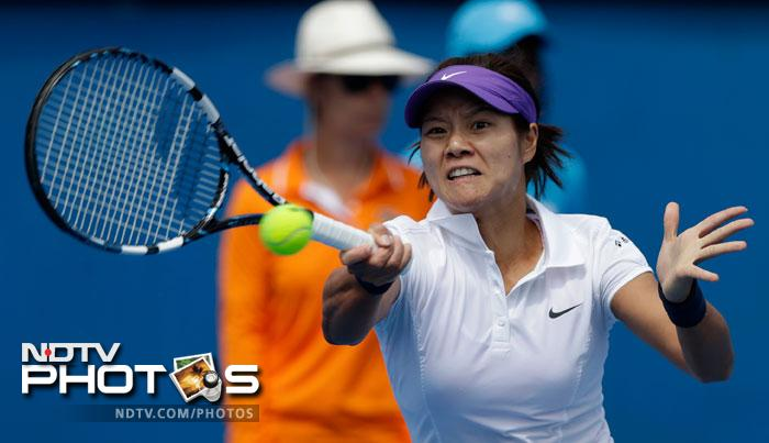 Li Na's dreams to win the Australian Open started on the right note with her beating Sesil Karatantcheva 6-1, 6-3.