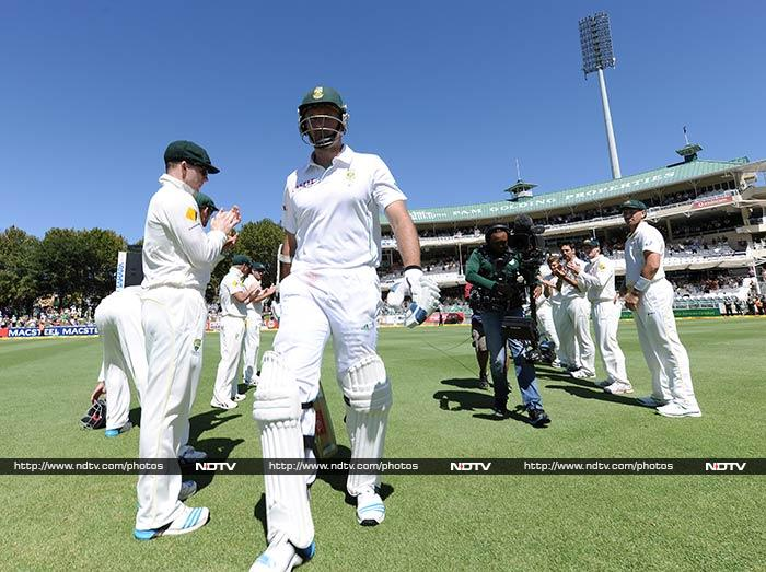 A guard of honour from the Australian side awaited South African skipper Graeme Smith, walked out to bat in his final Test (All images AFP).