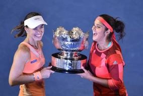 Photo : Sania Mirza-Martina Hingis Win Women's Double Title, Andy Murray Fights to Enter Australian Open Final