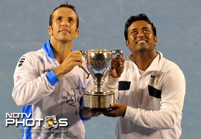 In the men's doubles final, the unseeded Indo-Czech pair of Leander Peas and Radek Stepanek upset top seeds Mike and Bob Bryan 7-6 (7/1), 6-2.