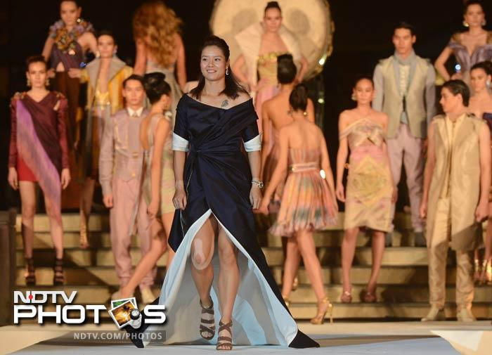 Li Na also did not let the chance slip by to show off her potential as a model.