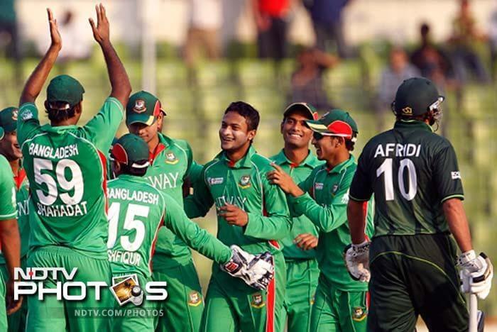 Bangladesh's Shakib Al Hasan, center, celebrates with teammates the dismissal of Pakistan's Shahid Afridi. (Photo: AP)