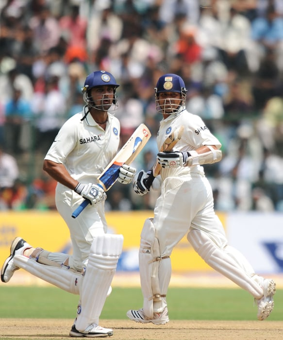 Indian cricketers Sachin Tendtulkar (R) and Murli Vijay run to complete a run during the third day of the second Test between India and Australia at M. Chinnaswamy Stadium in Bangalore. (AFP Photo)