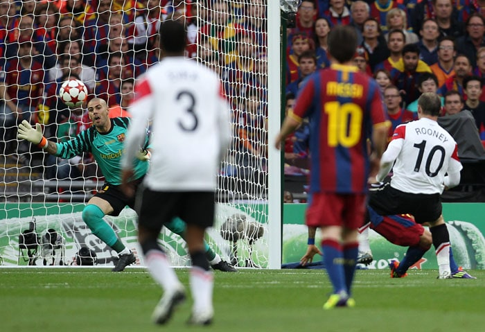 Manchester United's English forward Wayne Rooney (R) scores a goal despite Barcelona's Spanish goalkeeper Victor Valdes (L) during the UEFA Champions League final at the Wembley stadium in London. (AFP PHOTO)