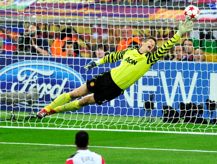 Manchester United's Dutch goalkeeper Edwin van der Sar fails to save a goal scored by Barcelona's Spanish forward David Villa (not pictured) during the UEFA Champions League final at the Wembley stadium in London. (AFP PHOTO)