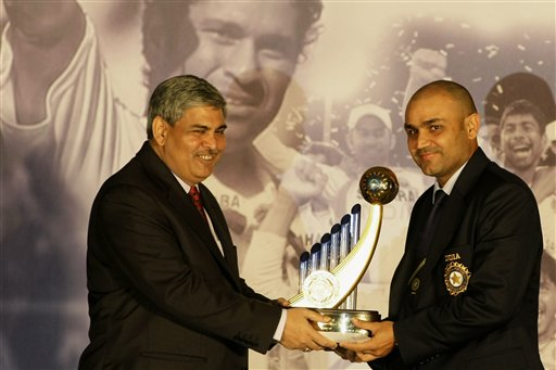 Indian cricket vice-captain Virender Sehwag, right, receives an award for the best performance in the year 2007-2008 from the Board of Control for Cricket in India (BCCI) President Shashank Manohar at the board's annual awards in Mumbai on Wednesday, February 18, 2009. The Indian team leaves later on Wednesday for New Zealand to play three Tests, five one-day internationals and two Twenty20 internationals. (AP Photo)