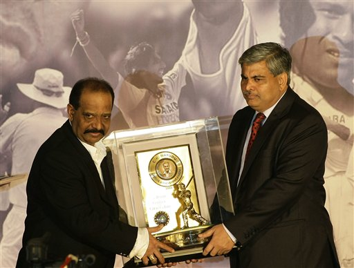 Former Indian cricket captain GR Vishwanath, left, receives an award for lifetime achievement from the Board of Control for Cricket in India (BCCI) President Shashank Manohar at the board's annual awards in Mumbai on Wednesday, February 18, 2009. (AP Photo)