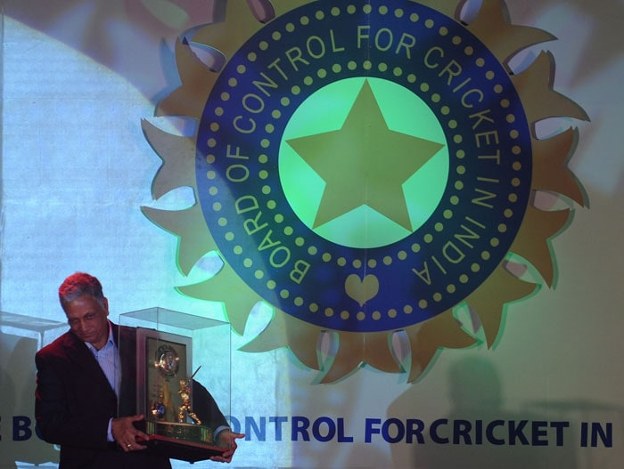Mohinder Amarnath holds the CK Naydu trophy lifetime achievement award for contribution to Indian cricket at the BCCI annual award function in Mumbai. (AFP Photo)
