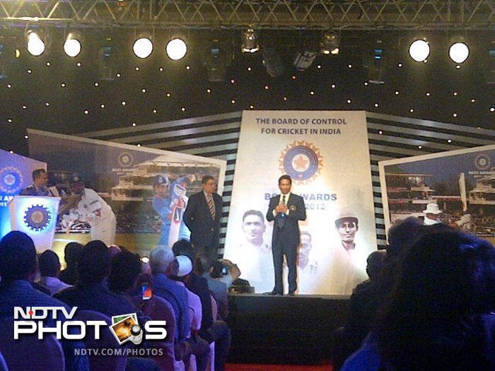 Sachin Tendulkar addressing the audience after receiving his award.