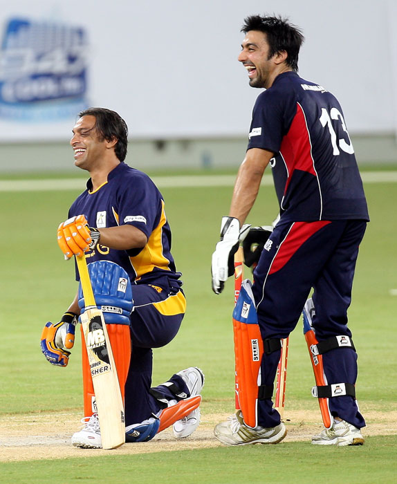 Bollywood actor Ashish Chaudhary jokes with Shoaib Akhtar at the celebrity cricket match in Dubai on Thursday. (AP PHOTO)