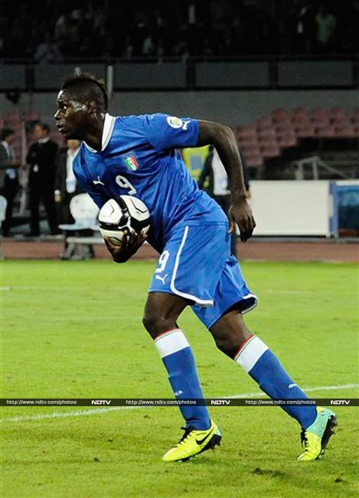 Mario Balotelli came off the bench to score a late leveller for Italy in their 2-2 draw vs Armenia.