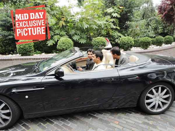 Salman Butt drives a car believed to be owned by alleged bookie Mazhar Majeed (seated behind Butt). Kamran Akmal is seen sitting next to Butt. (Source: Mid-Day.com)