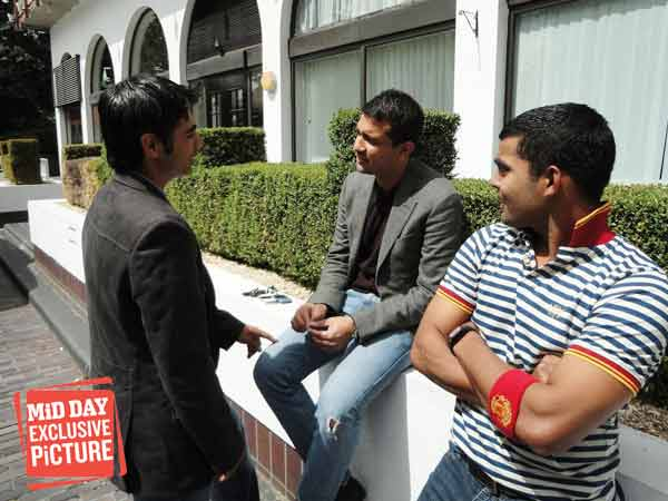Mazhar (seated, left) talks to Salman Butt while Umar Akmal looks on. (Source: Mid-Day.com)