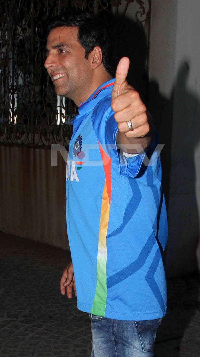 Akshay gave a thumbs up to the Indian team. <br>(Photo Courtesy: Varinder Chawla)