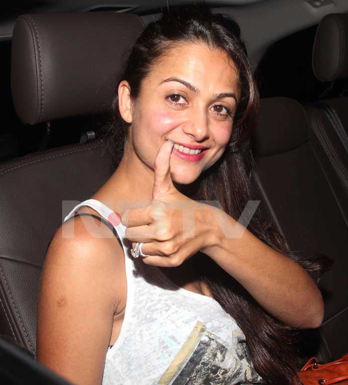 Amrita Arora gives a thumbs up for Team India. <br>(Photo Courtesy: Varinder Chawla)
