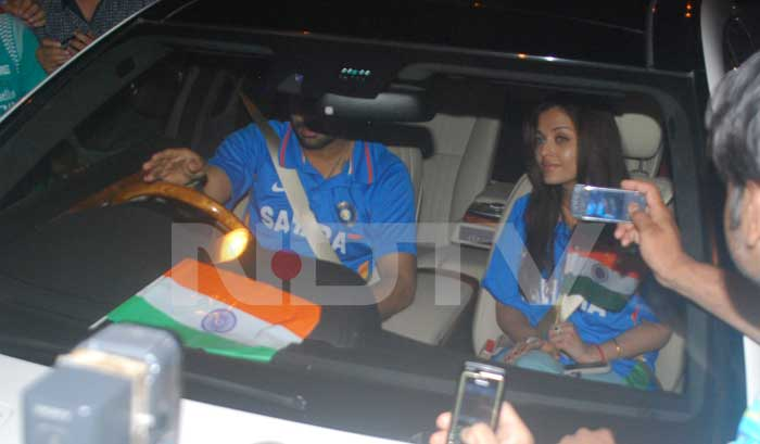 The couple were wearing the Indian jersey and waving the Indian flag. (Photo: Varinder Chawla)