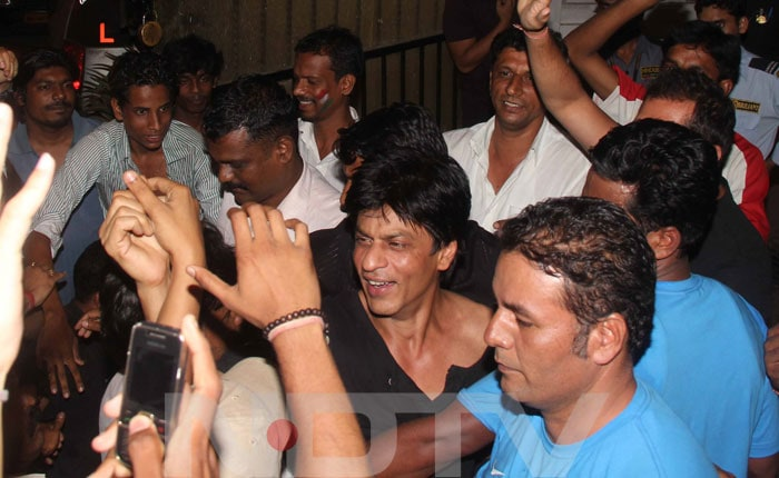 Shah Rukh meets his fans before walking back into his house Mannat.<br>(Photo Courtesy: Varinder Chawla)