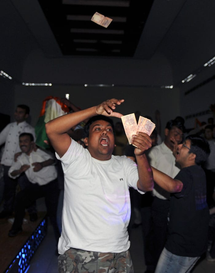 A fan shows his exhilaration by throwing money in the air. (Photo courtesy: AFP)