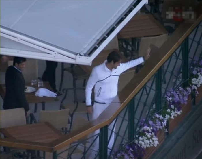 Although both players have a huge fan following in London, it was Federer this time who decided to acknowledge the cheer from well-wishers as he finished his dinner with the Tendulkar's.