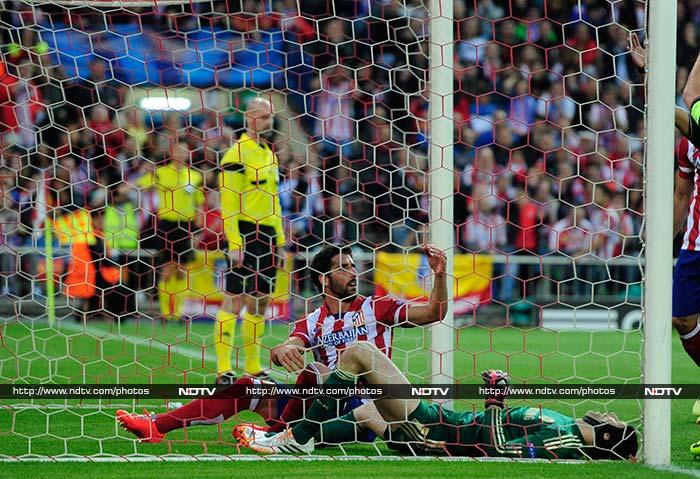 Chelsea suffered a big blow after just 17 minutes when Petr Cech landed awkwardly when he clashed with Raul Garcia when defending an Atletico corner in the 17th minute. Cech will be out for the rest of season.