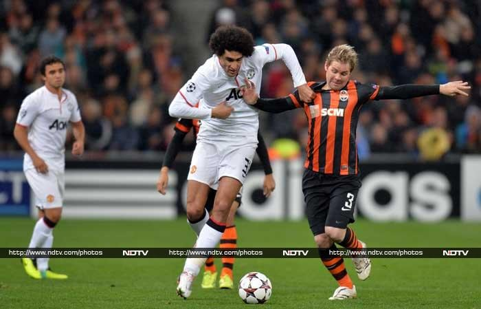 Manchester United was held to a 1-1 draw at Shakhtar Donetsk.<br> Danny Welbeck gave United the lead in the 18th as he slid in between two players to finish off Marouane Felliani's low cross.