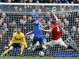 Photo : Demba Ba guides Chelsea to FA Cup semi-finals