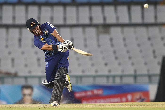 Ryan ten Doeschate scored a fiery 32-ball 64 to guide Otago to a 6-wicket victory over Kandurata.