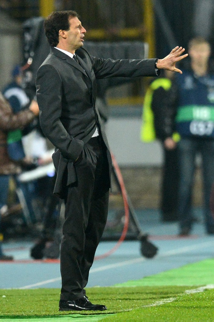 AC Milan's head coach Massimiliano Allegri seems to have a semi-casual approach during the match against FC Zenit St. Petersburg.<br><br>It happens. They want to show they are calm and yet cannot do much to prevent their primal instinct to get the best from their players.