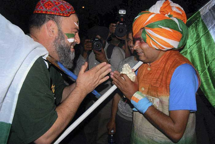 A moment worth capturing!! An Indian team supporter exchanges greetings with a Pakistani team supporter.