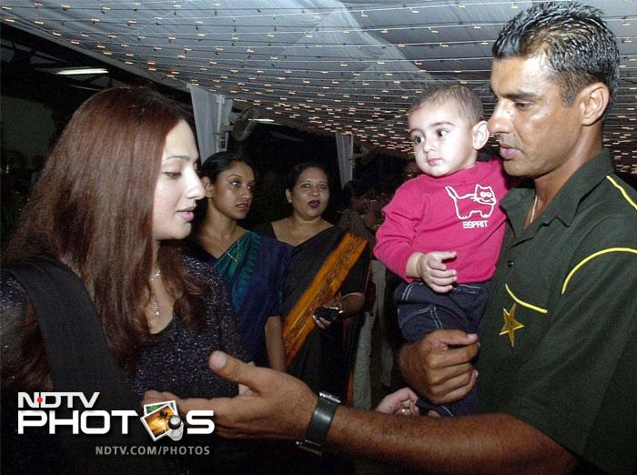 File photo (2002) of Waqar Younis (R) with his son Azaan and his wife Faryal.